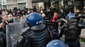 Kyperská policie rozháněla protesty vodním dělem a slzným plynem