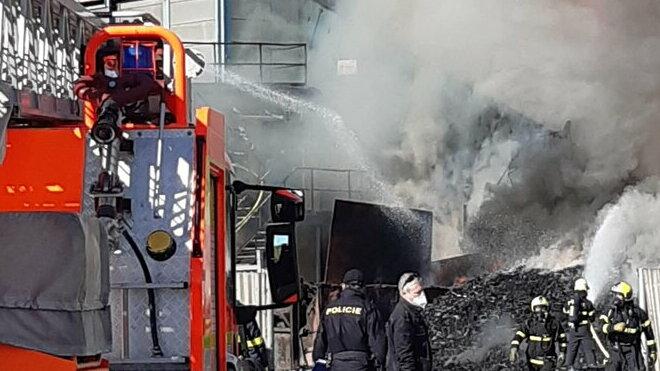 požárMasivní požár v Ostravě: Po výbuchu hoří vrakoviště
