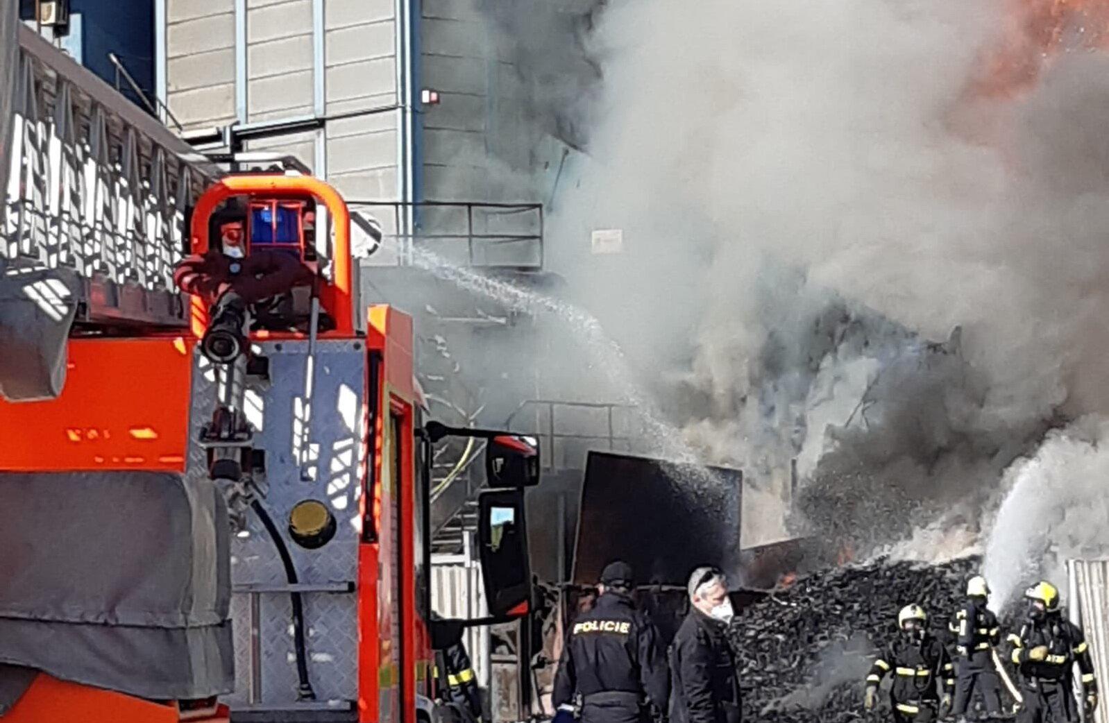 Vrakoviště v Ostravě zachvátil mohutný požár, lidé nemají vycházet - anotační foto