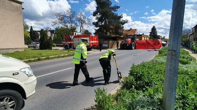 Řidič čtyřkolky nepřežil v Praze střet s traktorem, 14letý chlapec vážně zraněn