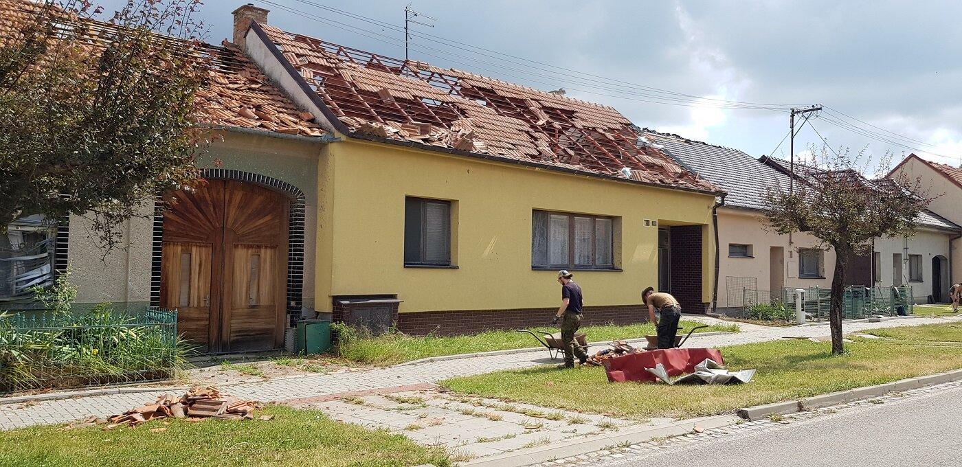 Následky řádění tornáda v obci Hrušky na jižní Moravě. (25.6.2021)