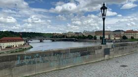Vandalové posprejovali Karlův most. (9.7.2021)