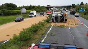 Na dálnici D8 se převrátil kamion