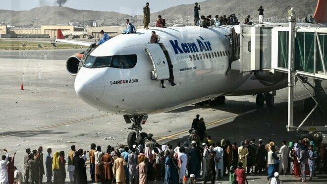 Mezinárodní letiště v Kábulu obsadili civilisté, kteří utíkají ze země