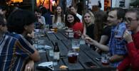 Snímkem Maláčové u stolu s více lidmi se možná bude zabývat hygiena