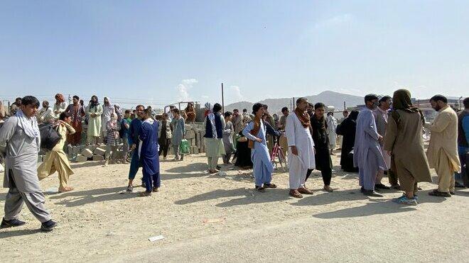 Lidé na letišti v Kábulu