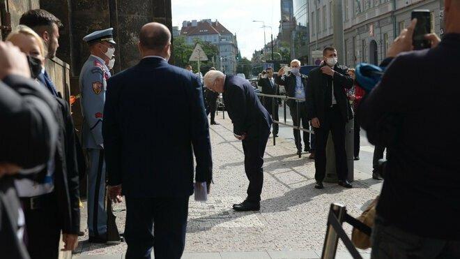 Frank-Walter Steinmeier uctil památku výsadkářů, kteří stáli za atentátem na Reinharda Heydricha. (26.8.2021)