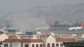 U letiště v Kábulu se po explozi vznáší dým. (26.8.2021)
