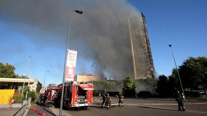 V Miláně začala hořet dvacetipodlažní obytná budova