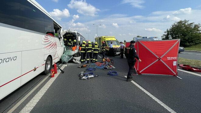 Na pražském Barrandově se srazily dva autobusy