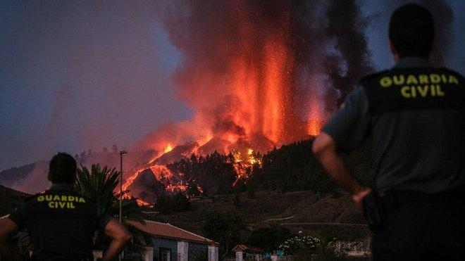 Sopka na španělském ostrově La Palma stále chrlí lávu, evakuovali 5000 lidí