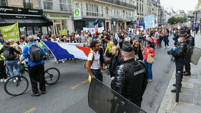 V Itálii, Francii a Nizozemsku protestovaly tisíce lidí proti covidovým pasům