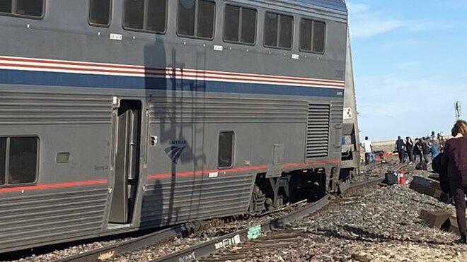 Nejméně tři lidé zemřeli při vykolejení vlaku na severu Montany