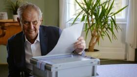 Miloš Zeman během hlasování ve sněmovních volbách.
